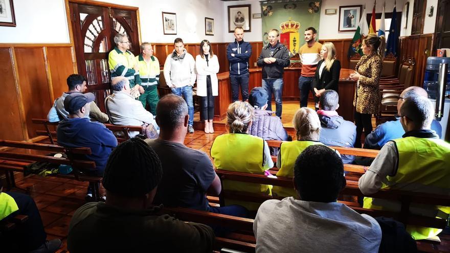 Los trabajadores del Programa Extraordinario de Empleo Social para el periodo 2019-2020 mantuvieron un encuentro con el alcalde, Sergio Rodríguez y concejales del grupo de gobierno, en el salón de plenos del Ayuntamiento pasense.