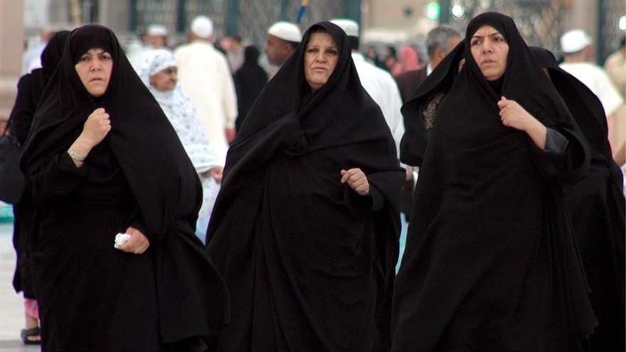 Mujeres musulmanas caminan frente a la mezquita de Nabawi (mezquita del profeta) en la ciudad sagrada de Medina (Arabia Saudí)