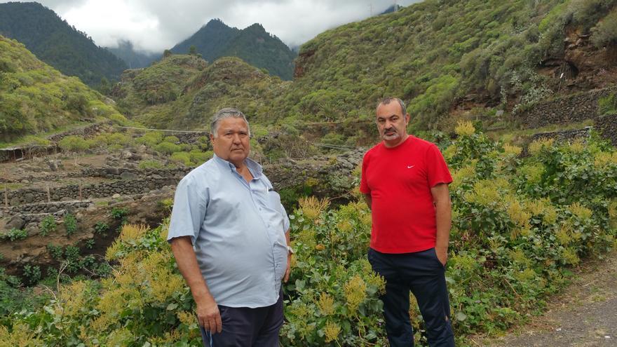 Manuel Montesino y Dionisio Hernández cerca de sus viviendas. Foto: LUZ RODRÍGUEZ