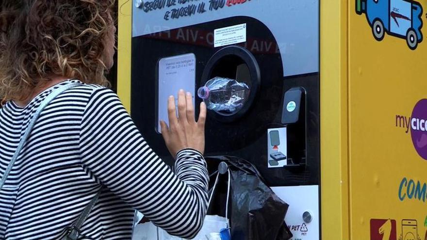 Italia ha declarado la guerra al plástico y en los últimos años ha puesto numerosas iniciativas en marcha, la más reciente es la que aplica actualmente su capital: Roma regala billetes de metro a los viajeros que reciclen botellas.