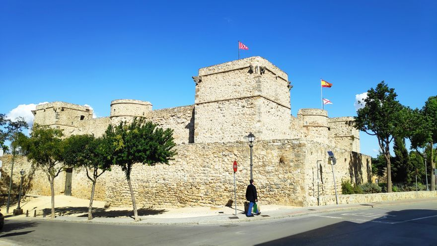 El Castillo de Santiago desde la calle Eguilaz.