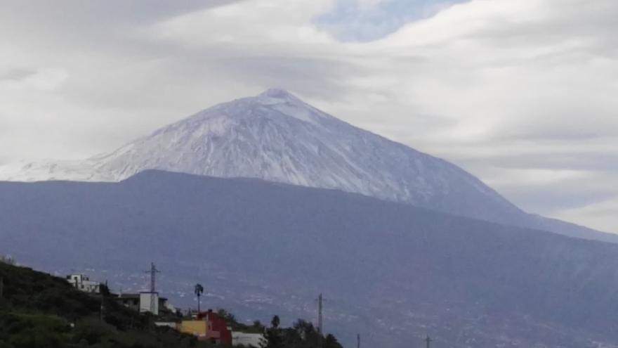 El volcán Teide, nevado este sábado, en una imagen tomada desde La Matanza