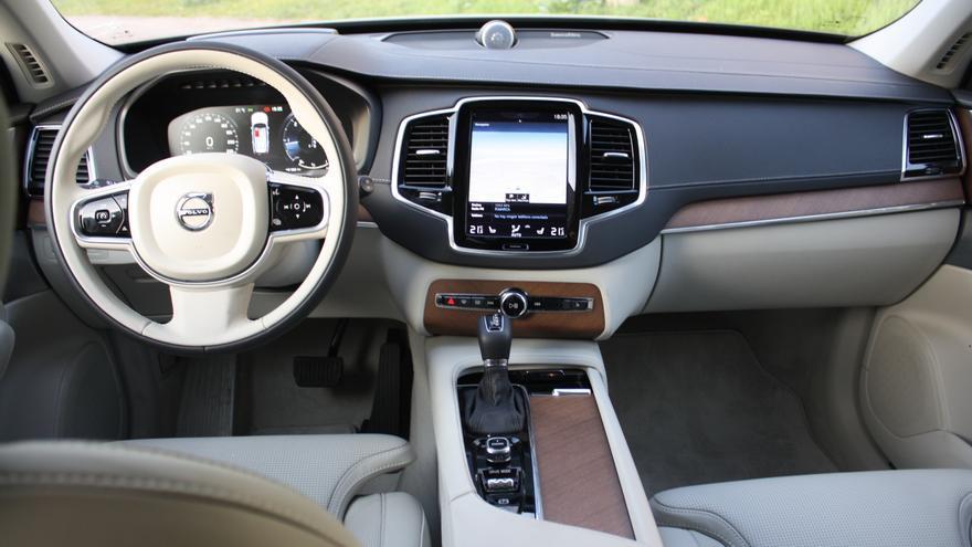 El salpicadero del Volvo XC90 está presidido por una pantalla tipo iPad que aglutina todas las funciones del coche.