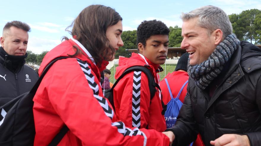 Luis Gil, ex jugador del CD Tenerife, se encargó de entrenar las medallas a los blanquiazules.
