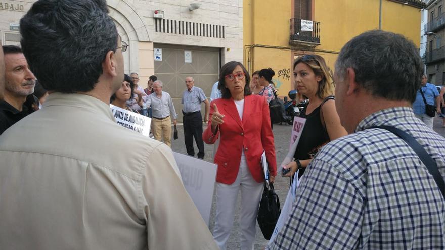 Rosa Aguilar, con los vecinos que han protestado.