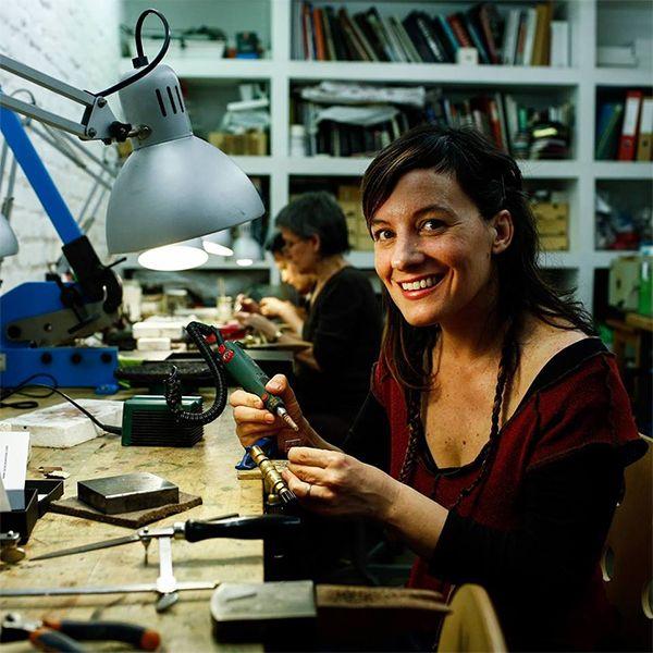 Lara Casanovas en el taller de la Galería de Joyería Contemporánea Lalabeyou | Fotografía: Óscar del Pozo