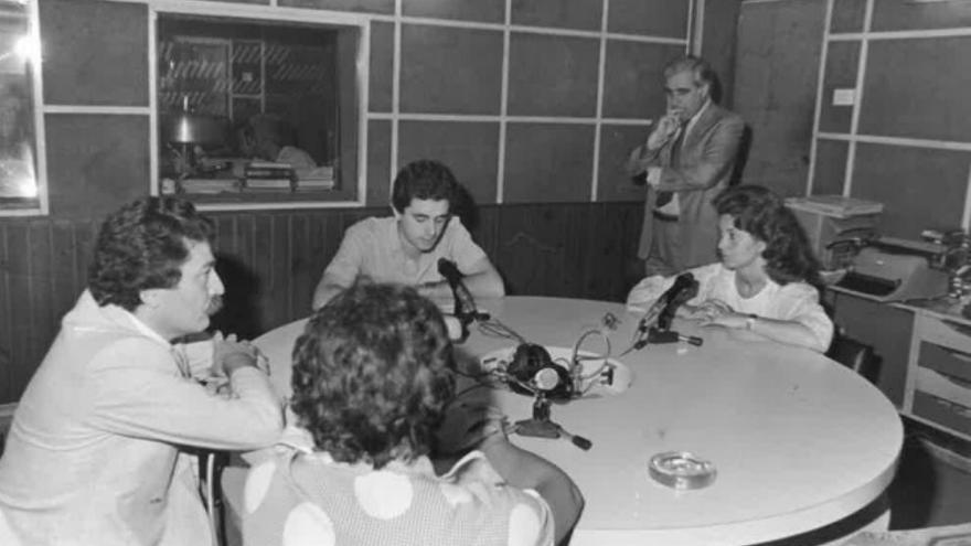El autor del artículo, frente al micrófono, ante la atenta mirada de su director, Adolfo Fernández, en 1984