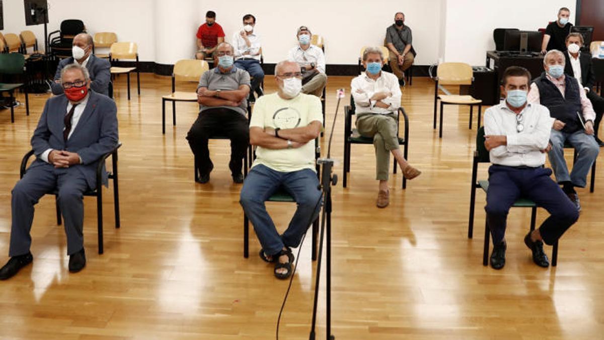 El presidente de Osasuna, Luis Sabalza, y los exdirectivos acusados, en la sala de la Audiencia Provincial de Navarra