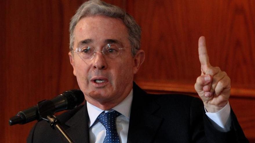 Uribe culpa a las FARC de derribar un helicóptero siniestrado en Colombia
