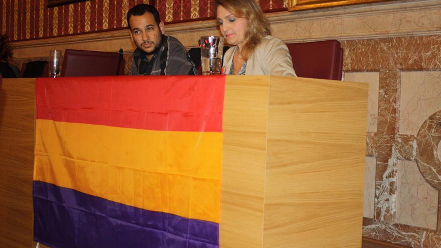 Concejales de IU sacan una bandera republicana en el Ayuntamiento de Sevilla.   IU-SEVILLA