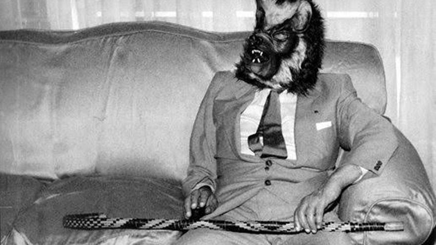 Jorge Luis Borges, con una máscara de lobo, en su casa de la calle Maipú 994 (1983) | CLAUDIO PÉREZ MÍGUEZ