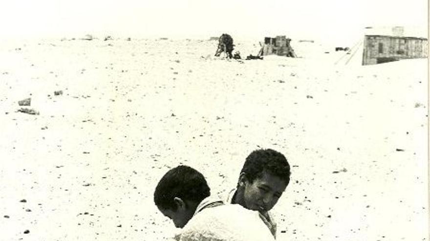 Imagen de niños luchando en el norte de África  (Cedida por la web juegodelpalocanario.com)