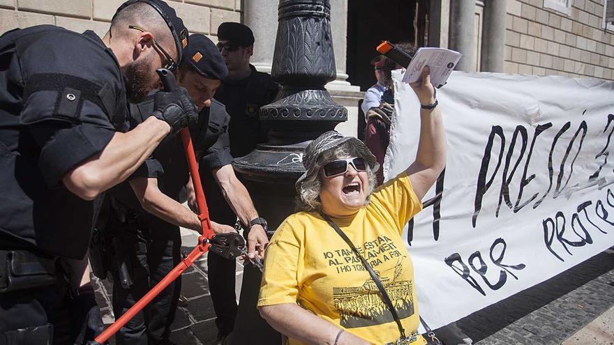Dues mares d'Aturem el Parlament encadenades a la Generalitat. (Foto: Aina Negrete)