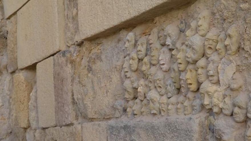 """Torrico (PP) dice sobre las caras de arcilla aparecidas en la muralla que suponen un """"atentado al patrimonio"""""""