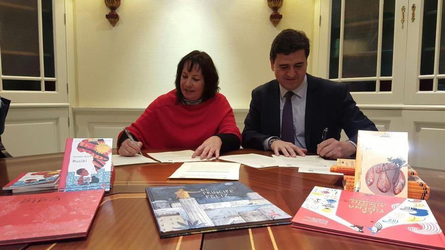 Soledad Monzón, consejera de Educación del Gobierno de Canarias, firma el acuerdo con un representante de la Fundación SM.