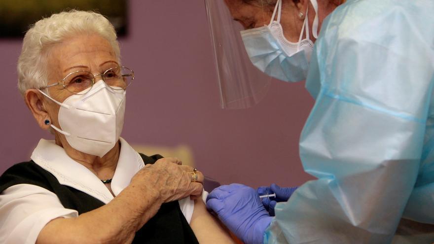 Araceli cuando recibió la primera dosis de la vacuna. EFE/Pepe Zamora/Archivo