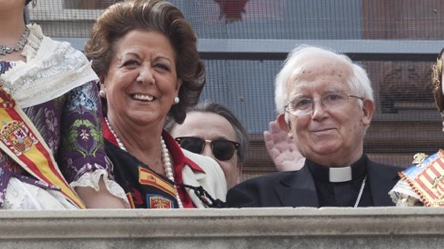 Rita Barberá, junto al cardenal Antonio Cañizares, durante una 'mascletà' de fallas