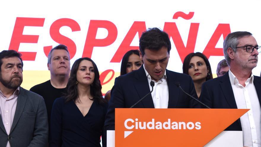 El líder de Ciudadanos, Albert Rivera (en el atril), asume los pésimos resultados de su partido en la sede de la formación naranja, que ha pasado de los 57 escaños conseguidos en los comicios de abril de 2019 a 10 en noviembre, en Madrid (España) a 10 de noviembre de 2019.