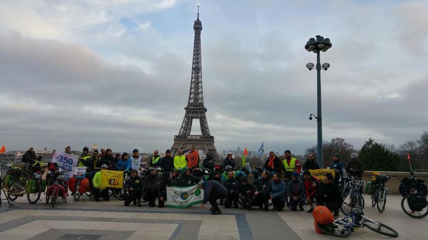 Un grupo de ciclistas ha entregado a los líderes en la cumbre miles de firmas contra el cambio climático. (Rafael Salom)