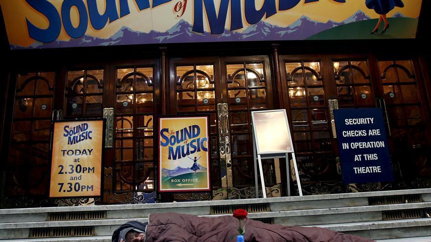 Una persona duerme en la calle junto a un teatro de Londres. Foto: Andy Rain/EFE.