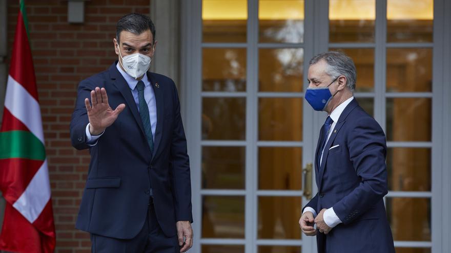 Archivo - El presidente del Gobierno central, Pedro Sánchez (i), y el Lehendakari, Iñigo Urkullu (d) posan a su llegada a una reunión en el Palacio de La Moncloa, en Madrid (España), a 25 de enero de 2021. Durante la cita ambos mandatarios tratarán la ges