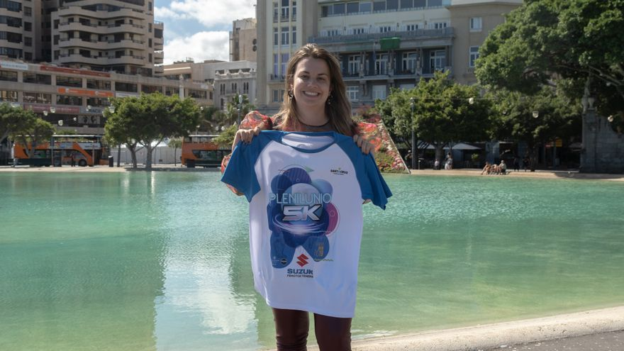 Elena Mateo, con la camiseta blanquiazul de Plenilunio