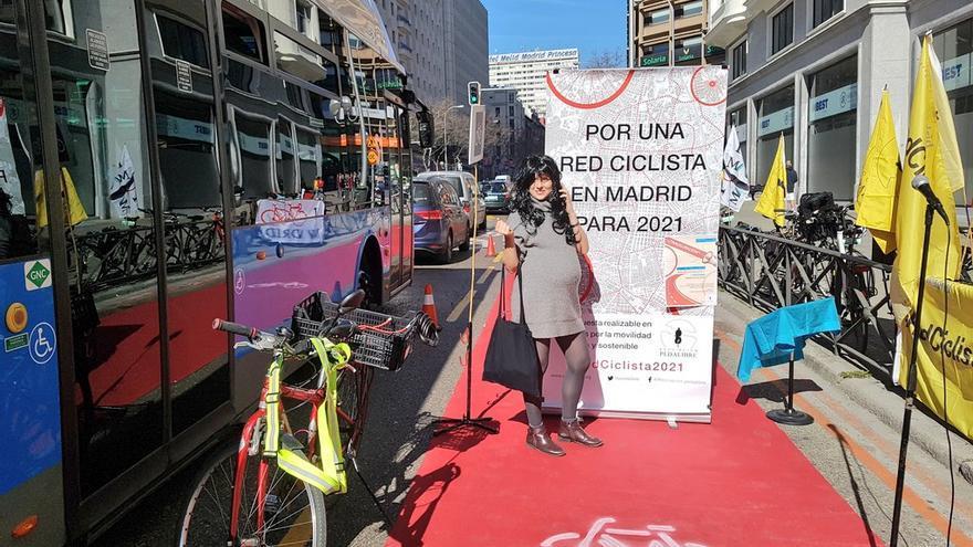 Acto de Pedalibre en el que ciclistas reclamaron un carril bici por Princesa. En la imagen, 'Begoña Villabicis'   PEDALIBRE