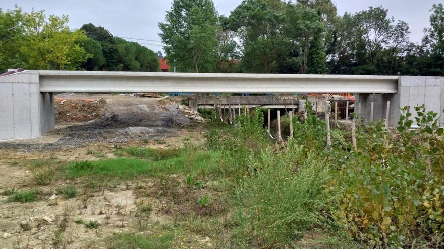 URA coloca las vigas de la nueva pasarela de Fadura, en Getxo (Bizkaia)