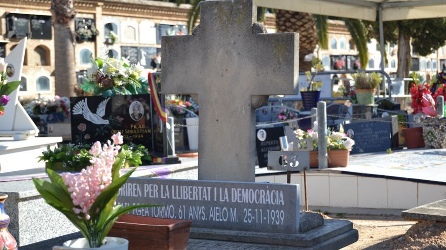 Detalle de una lápida del cemeterio de Paterna