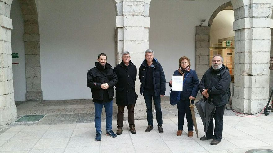 Miembros de Desmemoriados en el patio del Parlamento de Cantabria.   LARO GARCÍA