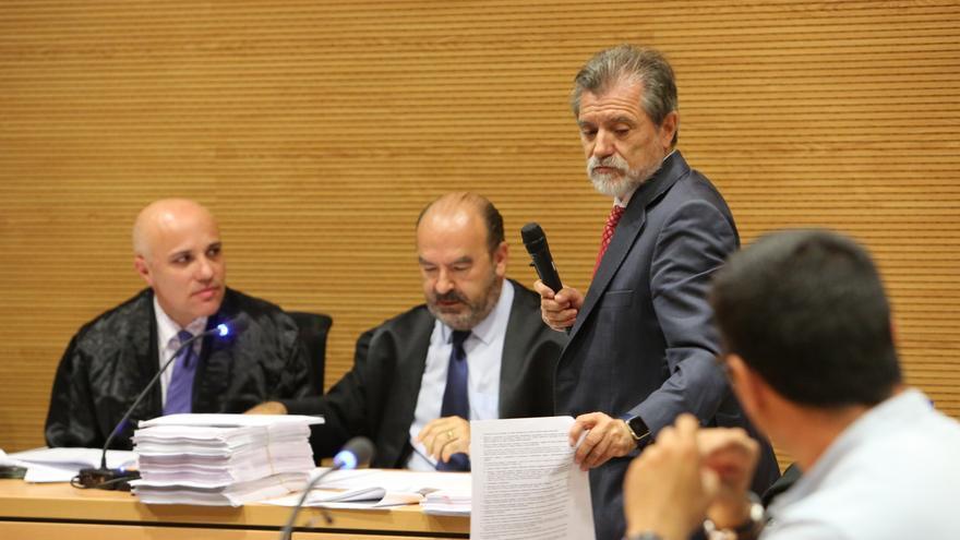 El perito Rafael Trapiello junto a los abogados del Gobierno de Canarias y el Cabildo de Gran Canaria