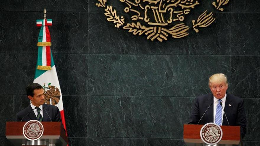 En la imagen, el presidente de México, Enrique Peña Nieto, habla junto al presidente de Estados Unidos, Donald Trump, en una imegan de archivo