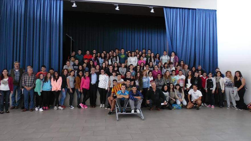 En la imagen, los alumnos del IES Villa de Mazo con el biólogo Ginés Morata, Premio Príncipe de Asturias de Investigación Científica y Técnica.