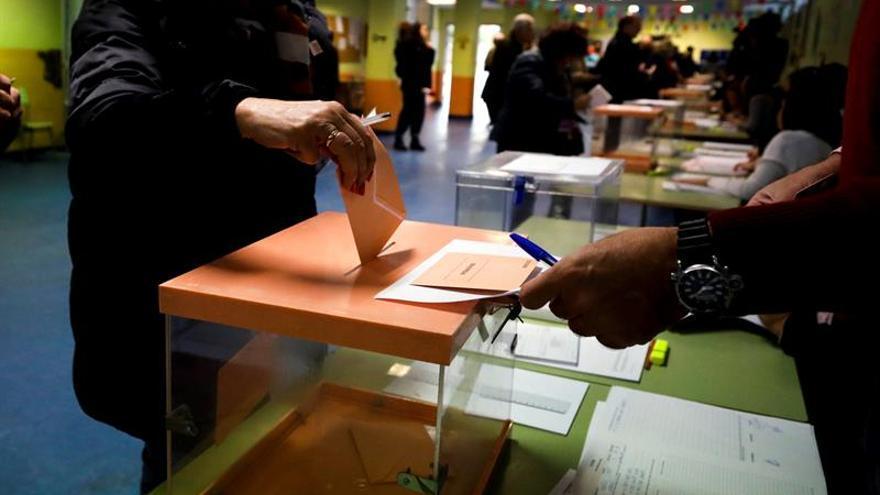 Un sondeo de El Mundo dice que el PSOE lidera la intención de voto con un 27,5%