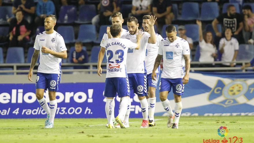 Los jugadores del CD Tenerife celebran uno de los tantos logrados ante el Nástic.