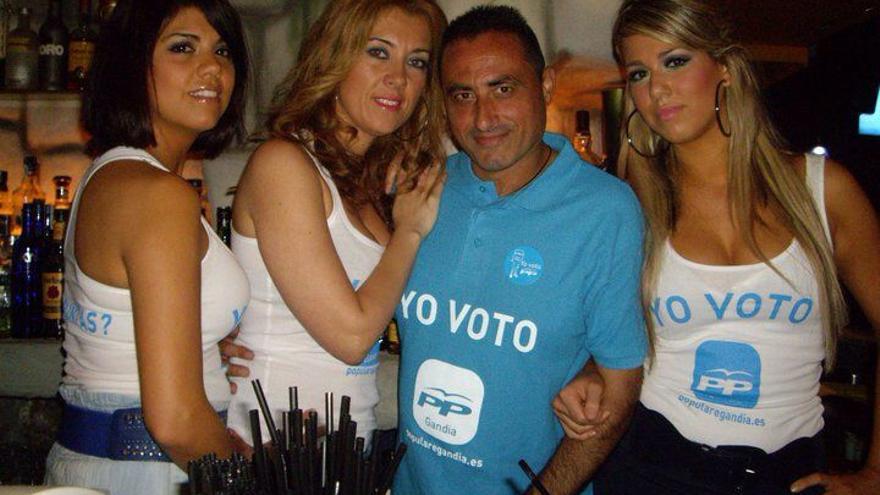 José Vicente Just, concejal de playas de Gandia, rodeado de mujeres con camisetas del PP