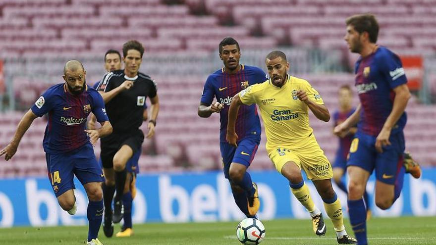 Tannane intenta conducir un balón ante varios jugadores del FC Barcelona. EFE/Alejandro García.