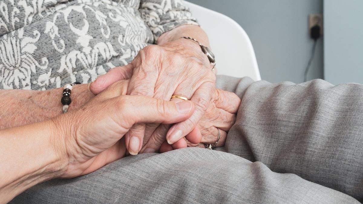 Cuidado de persona mayor. PIXABAY