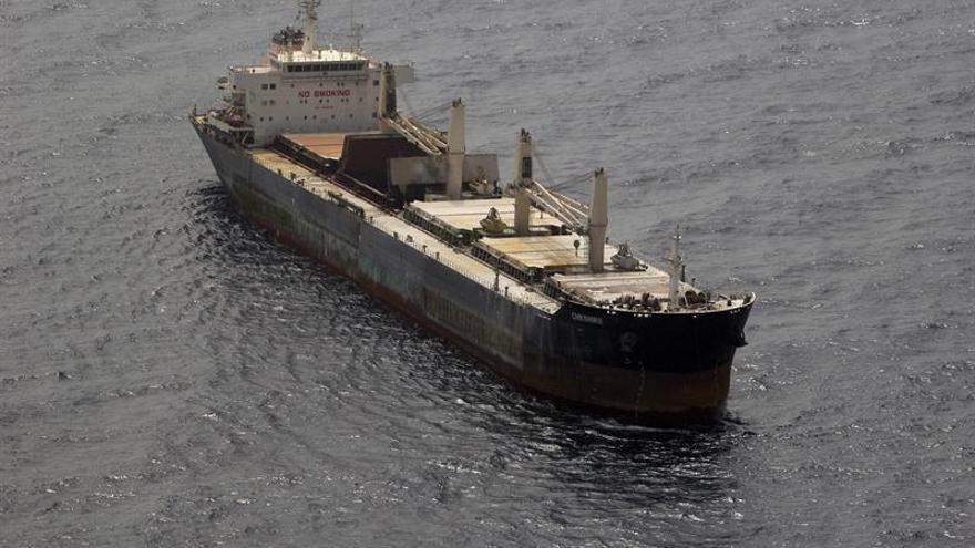 Tres técnicos suben al carguero incendiado y preparan un informe de su estado