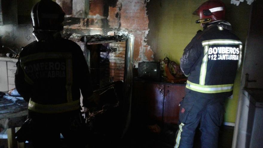 Bomberos del 112 extinguen un incendio en una vivienda de Reinosa
