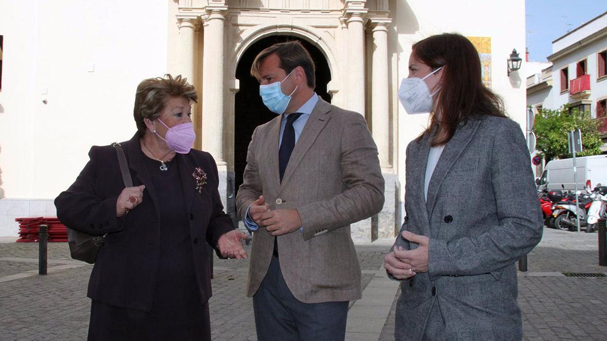 El delegado de la Junta en Córdoba, Antonio Repullo, junto a la delegada de Cultura, Cristina Casanueva, y la presidenta de la Agrupación de Hermandades y Cofradías de Córdoba, Olga Caballero.