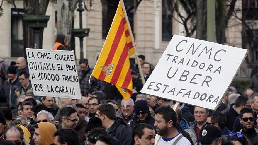 """El taxi muestra """"estupor"""" por acuerdo entre Uber y el Ayuntamiento de Madrid"""