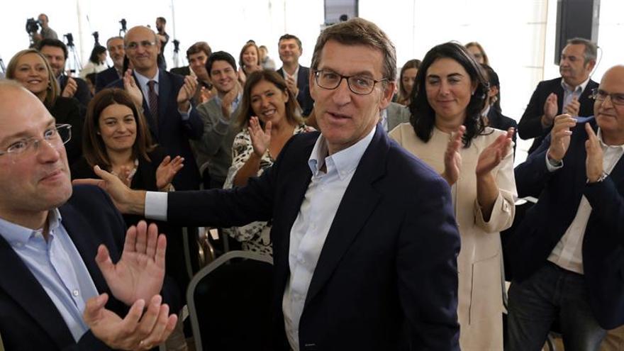 """Feijóo celebra un """"resultado histórico"""" al encadenar su tercera mayoría"""