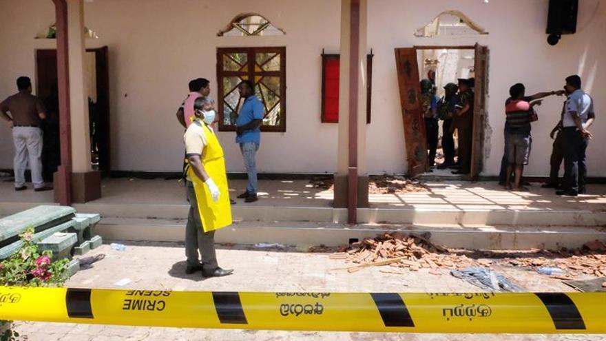 La Policía revisa los daños en la iglesia de San Sebastián Katuwapitiya, en Negombo (cerca de Colombo, Sri Lanka).