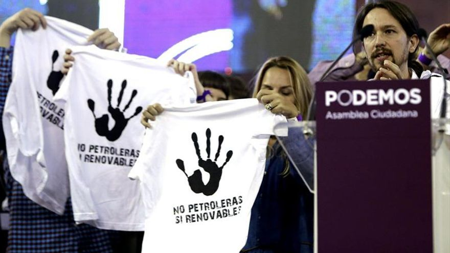 """Protesta contra el petróleo en la intervención de Pablo Iglesias en la Asamblea Ciudadana """"Sí Se Puede"""". EFE/Zipi"""