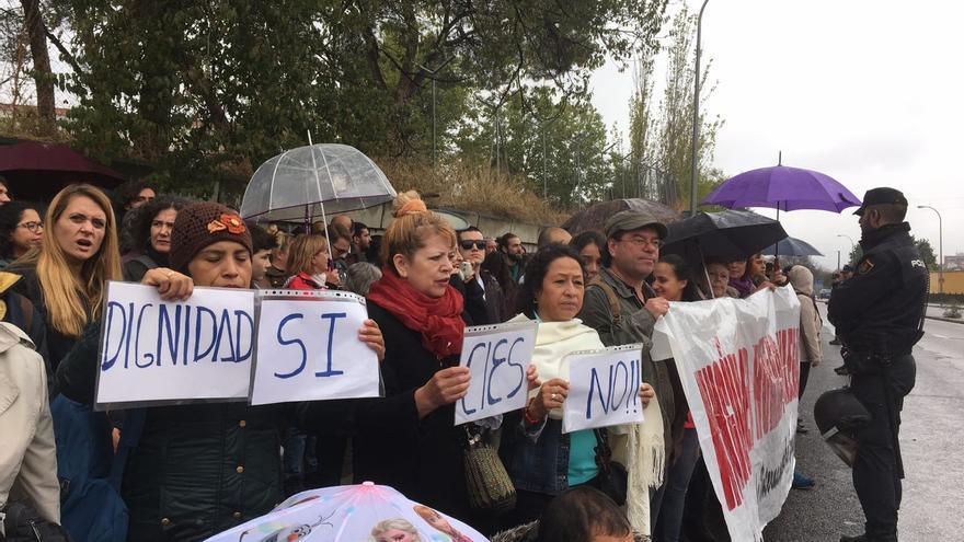 Varios manifestantes frente al CIE de Aluche | Foto de Paula Guerra