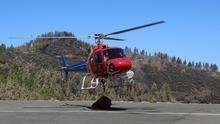 Aterrizaje de un helicóptero ligero en la base de Artenara. (ALEJANDRO RAMOS)