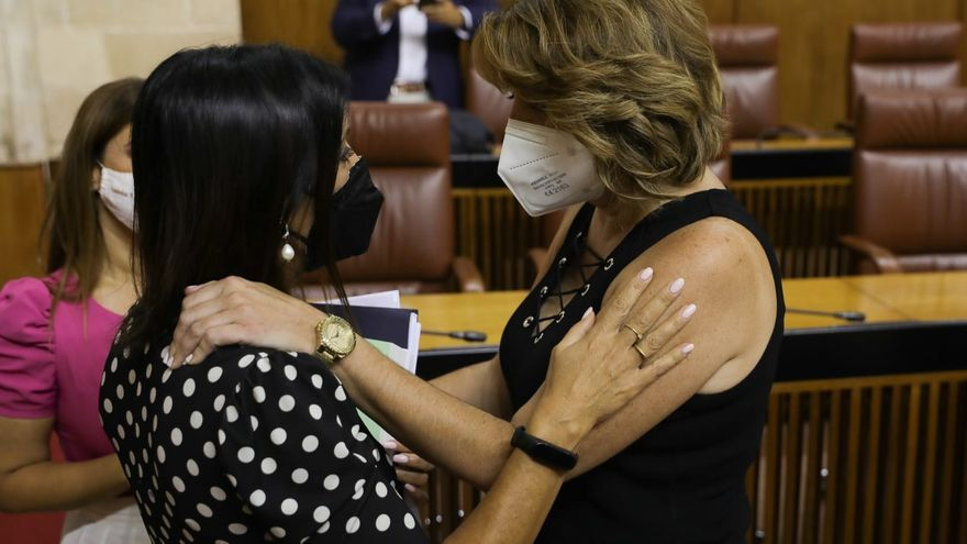 La presidenta del Parlamento de Andalucía, Marta Bosquet, felicita a Susana Díaz (PSOE-A) tras su elección como senadora por designación autonómica.
