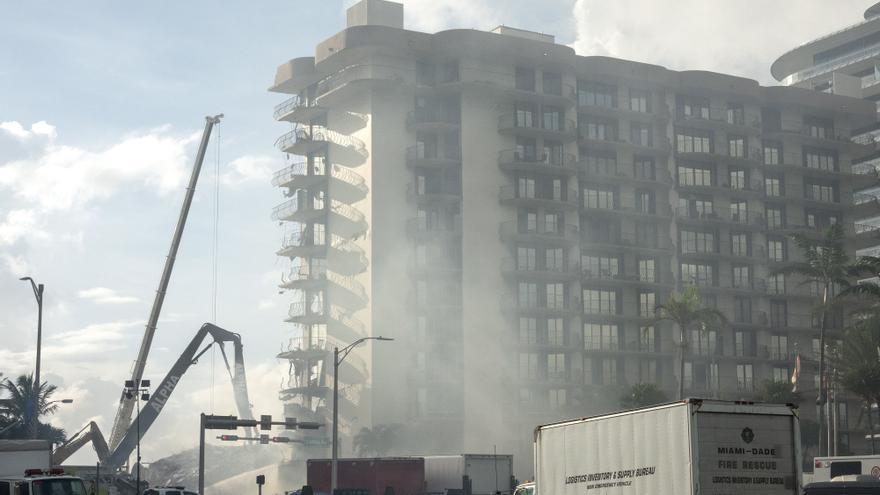 Un incendio dificulta las labores de rescate de los sobrevivientes en derrumbe de Miami