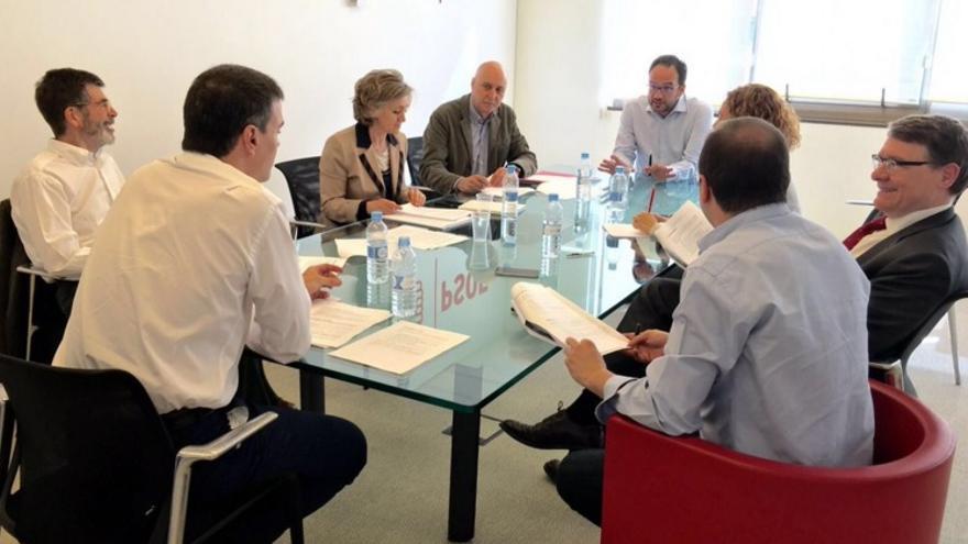 Pedro Sánchez junto a su equipo negociador / Foto: PSOE